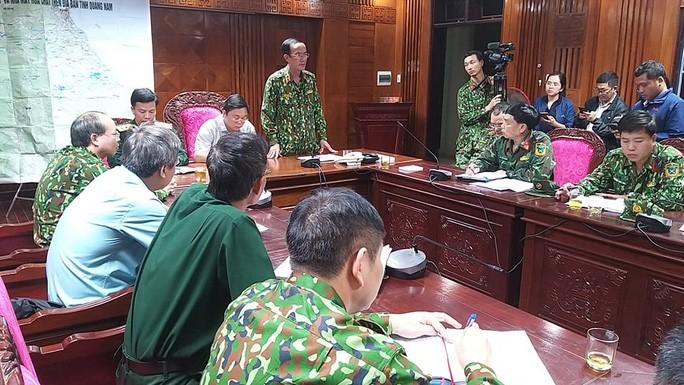 Khuya 28/10, lãnh đạo Quân Khu 5, UBND tỉnh Quảng Nam và Bộ Chỉ huy Quân sự tỉnh họp bàn phương án cứu hộ, tìm kiếm các nạn nhân.